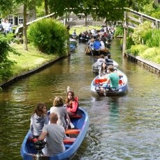 Giethoorn - the tourists 12