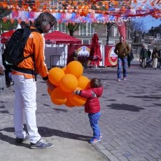 Many orange baloons for the little one