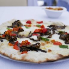 Pizza blanca - mozzarela, aubergines, mint