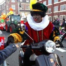 Zwarte Piet giving pepernoten