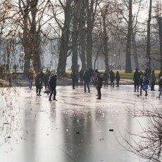 Frozen lakes Vondelpark 01