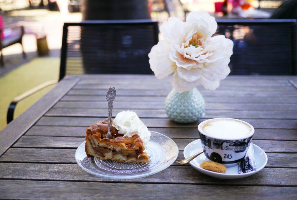 Coffee and appeltaart at Vrienden van Vroeger