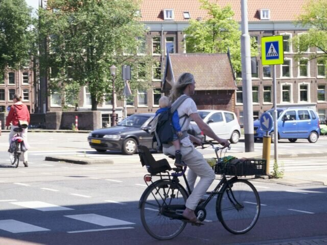 How to carry your child – Dutch style