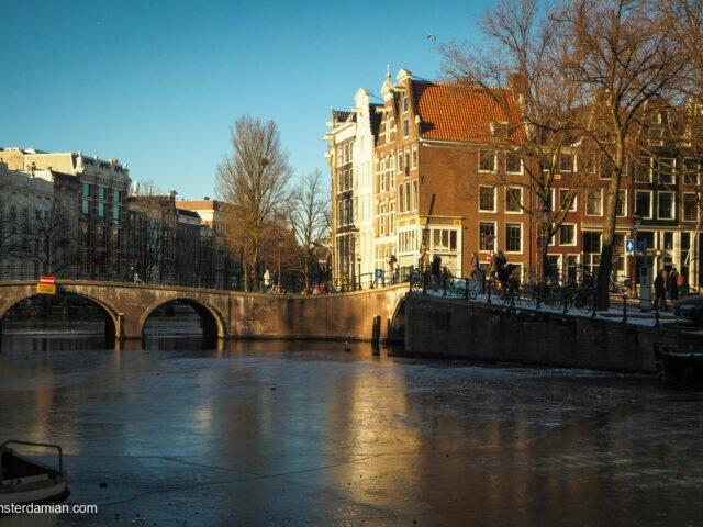 Blue and gold: 28 photos from a frozen Amsterdam